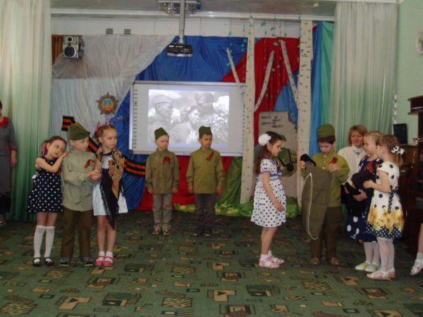 Дети инсценируют проводы солдат на войну