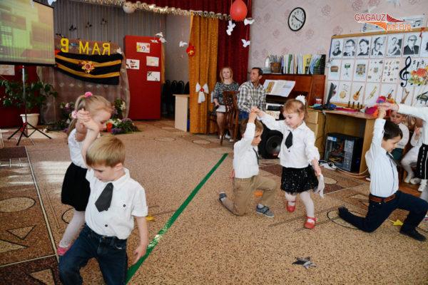 Девочки и мальчики танцуют в парах