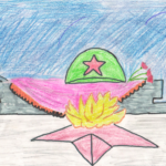 Вечный огонь на фоне знамени и солдатской каски