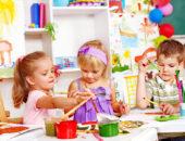 Трое детей рисуют