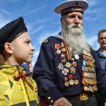 Дети рядом с ветераном Балтийского флота