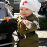 Маленькая девочка в костюме медсестры