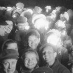 Радостные люди на Параде Победы в 1945