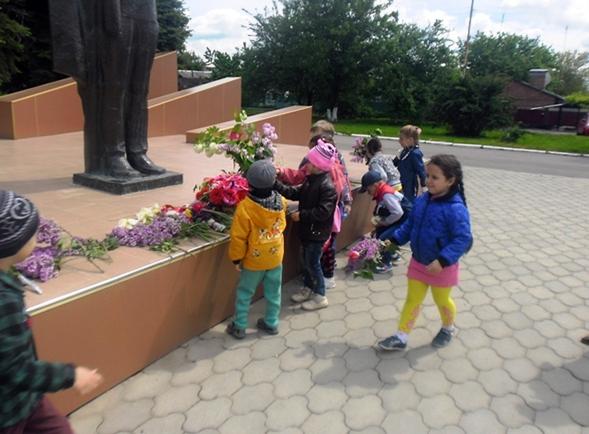 Дети возлагают цветы к памятнику