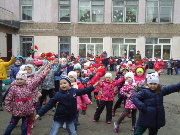 Дети на улице участвуют во флешмобе