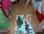 Дети складывают пазл, посвящённный 9 Мая