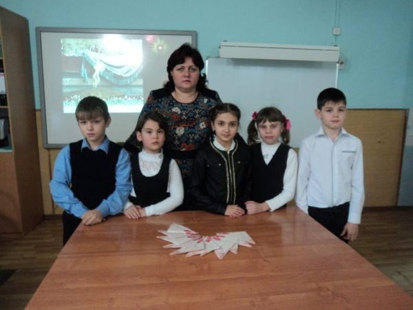 Пятеро детей и педагог