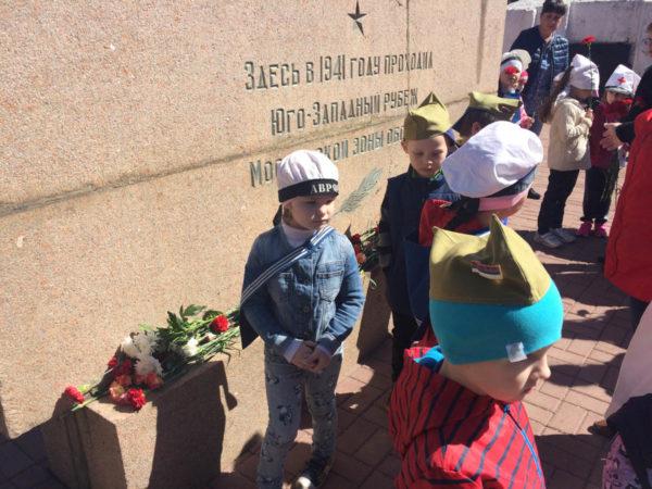 Дети возлагают цветы к военному памятнику
