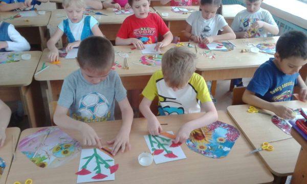 Дети выполняют аппликацию Гвоздики и георгиевская ленточка