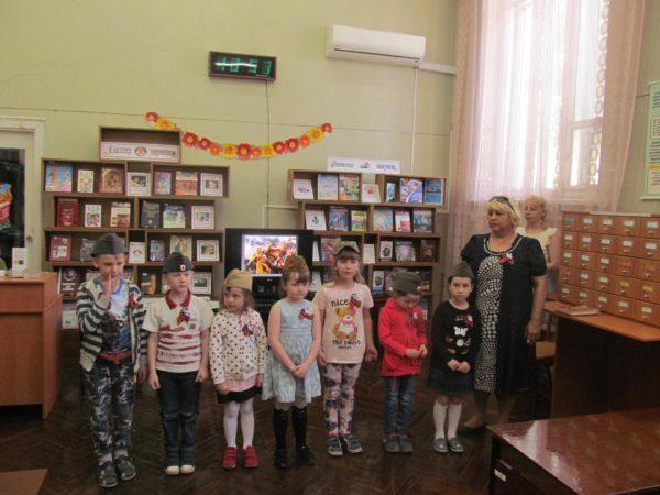 Дети в пилотках на занятии в библиотеке