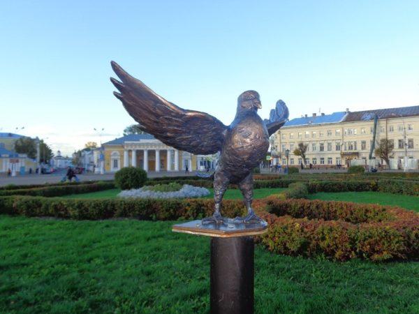Памятник голубю в Костроме