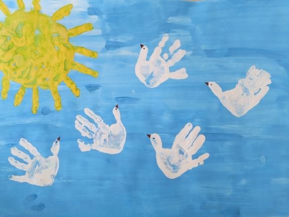 Голуби в небе: ладошковая живопись