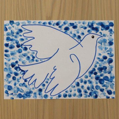 Голубь на фоне синего фона в технике пальчиковой живописи