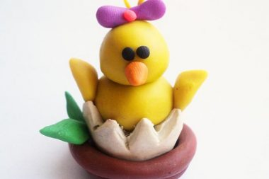 Посредством лепки дошкольник может смастерить замечательный пасхальный сувенир как дома с родителями, таки на занятии в детском саду.