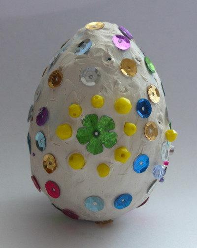 Пластилиновое яичко, украшенное пайетками и пластмассовыми бусинами