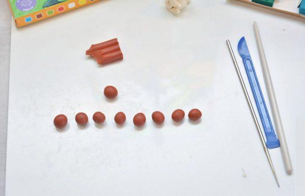 Девять небольших шариков из коричневого пластилина