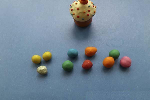 Рядом с куличиком находятся шарики разных цветов