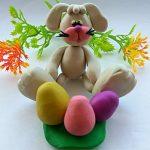 Кролик сидит перед тарелочкой с яйцами