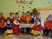 Дети в костюмах сидят за столом у самовара