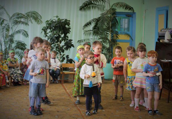 Три команды детей, первые участники держат яйца на ложках