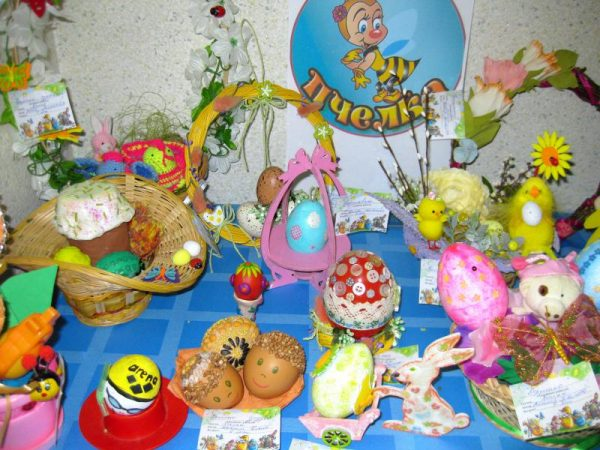 Пасхальная выставка: крашеные яйца, куличи на столе