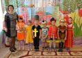 Педагог и дети в костюмах, мальчик в костюме священника