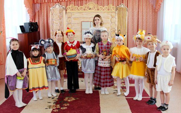 Дети в костюмах и с символами Пасхи в руках