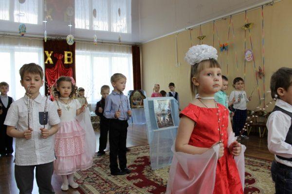 Дети держат в руках ветки вербы