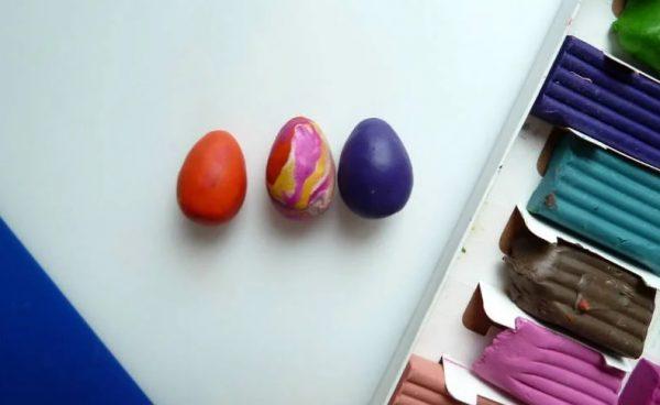 Разноцветные яйца из пластилина