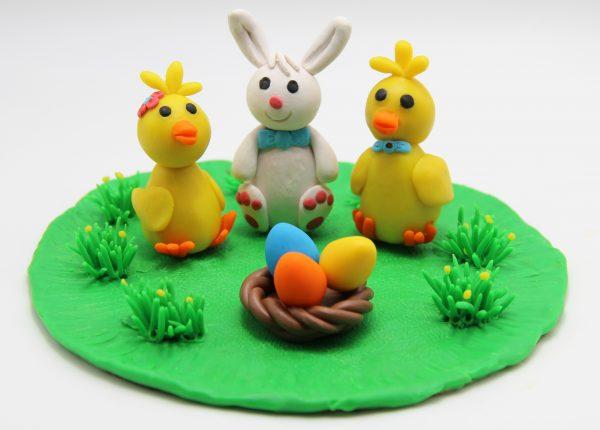 Пасхальная композиция в виде кролика, двух цыплят и крашеных яиц