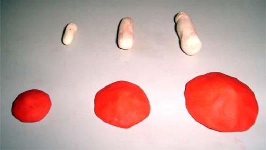 Ножки и шляпки разных размеров — детали для лепки мухоморов