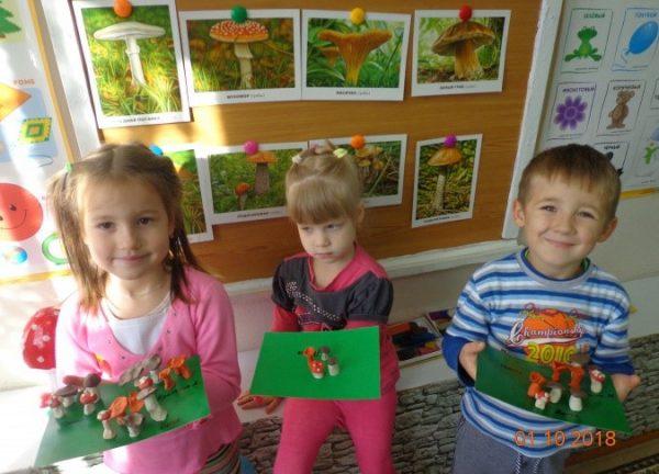Дети держат в руках свои поделки-грибы