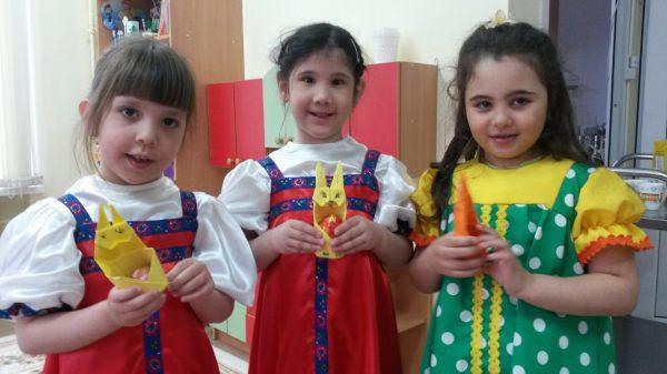 Три девочки держат пасхальных кроликов