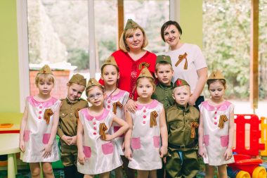 дети с воспитателями после утренника 9 мая