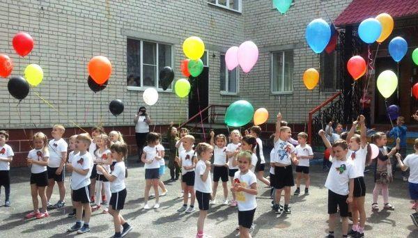 Дети с воздушными шариками на улице