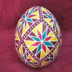 Крашеное яйцо с фиолетовым, синим и красным узорами