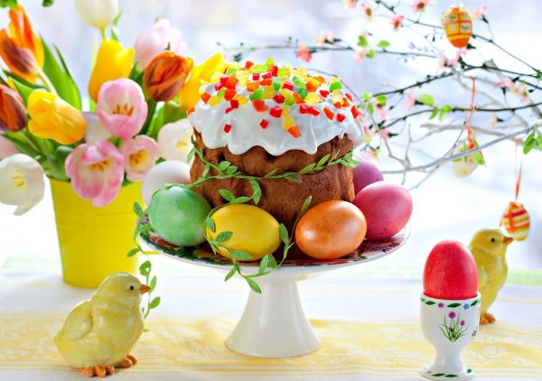 Яйца, кулич и тюльпаны на столе