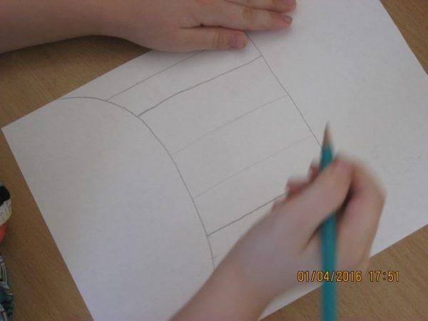 На основании нарисован куб, разделённый на 5 частей