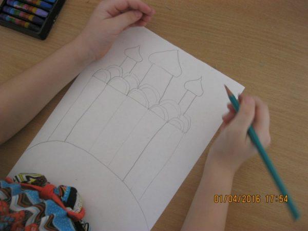 На крыше нарисованы три башни с куполами