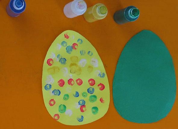 Яичко, украшенное с помощью пальчиковой живописи
