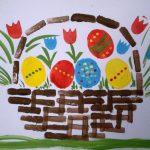Пасхальные яйца и цветы в корзине