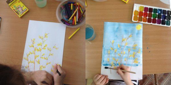 Ребёнок рисует веточки восковыми мелками, а затем закрашивает фон голубой акварелью