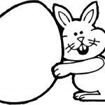 Кролик держит огромное пасхальное яйцо