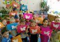 Дети держат аппликации с голубями