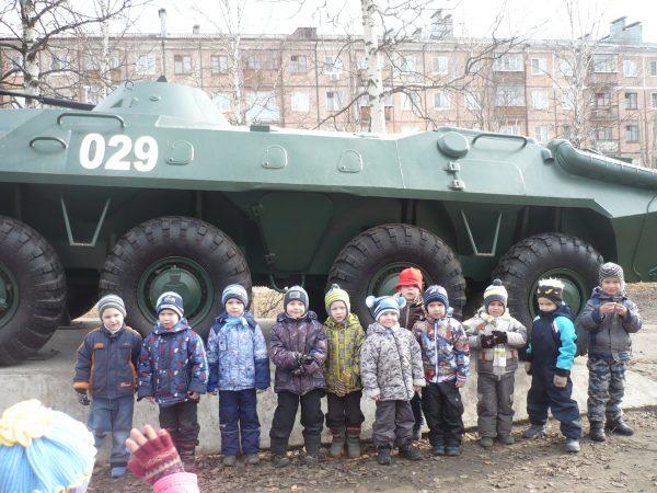 Дети стоят возле военной техники
