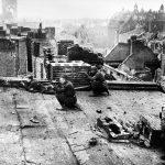 Советские солдаты ведут стрельбу на крыше здания в Берлине
