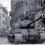 Танки едут по Праге в мае 1945 г