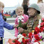Девочки дарят цветы ветерану ВОв