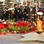 Современные военные возлагают цветы в Вечному огню