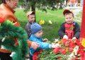 Дети с педагогом возлагают цветы к мемориалу
